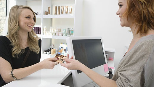 Exchange between a hairdresser and her customer of a loyalty card made with the Badgy solution